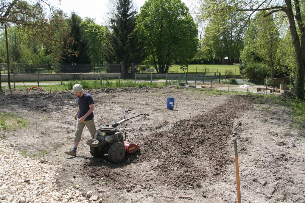 Cassons Les Mottes De Terre Argileuse Pour Faire Un Jardin